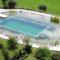Schwimmteich mit Steinumrandung
